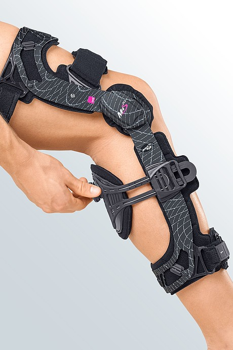 M.4s PCL dynamic knee braces from medi for treating the posterior cruciate ligament